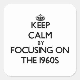 Guarde la calma centrándose en los años 60 pegatina cuadrada