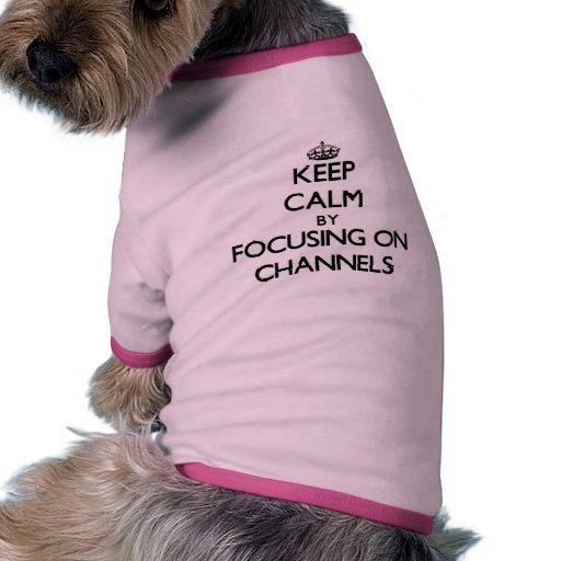 Guarde la calma centrándose en los canales camiseta de mascota