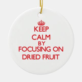 Guarde la calma centrándose en los frutos secos ornamentos de reyes magos