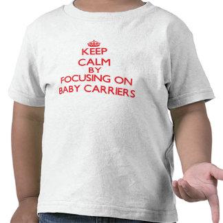 Guarde la calma centrándose en los portadores de camisetas