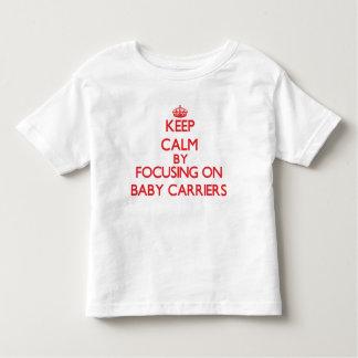 Guarde la calma centrándose en los portadores de camiseta