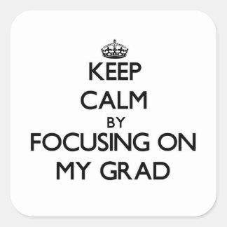 Guarde la calma centrándose en mi graduado pegatina cuadrada