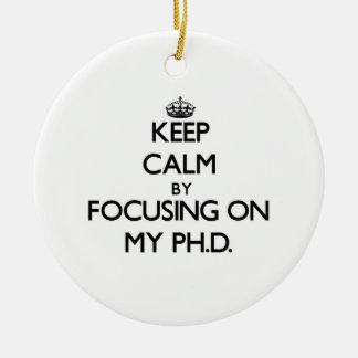 Guarde la calma centrándose en mi Ph.D. Adorno Navideño Redondo De Cerámica