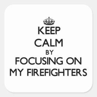 Guarde la calma centrándose en mis bomberos pegatina cuadradas personalizada