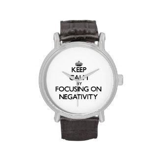 Guarde la calma centrándose en negatividad reloj de mano