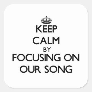 Guarde la calma centrándose en nuestra canción pegatina cuadrada