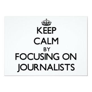 Guarde la calma centrándose en periodistas invitación 12,7 x 17,8 cm