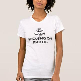 Guarde la calma centrándose en plumas camiseta