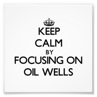Guarde la calma centrándose en pozos de petróleo impresiones fotográficas