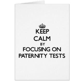 Guarde la calma centrándose en pruebas de paternid felicitacion