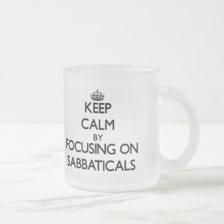 Guarde la calma centrándose en sabáticos tazas