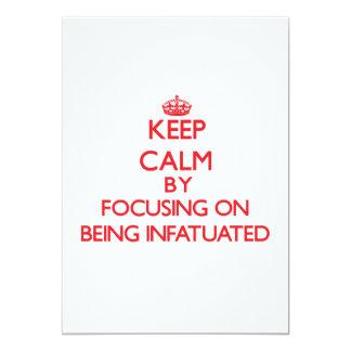 Guarde la calma centrándose en ser enamorado invitación 12,7 x 17,8 cm