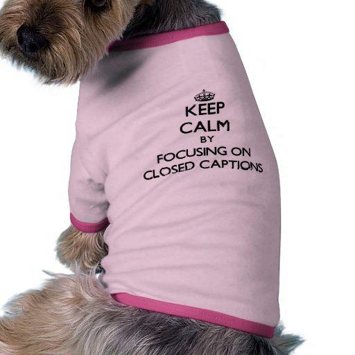 Guarde la calma centrándose en subtítulos cerrados prenda mascota