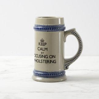 Guarde la calma centrándose en tapizar tazas de café