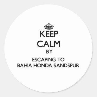 Guarde la calma escapándose a Bahía Honda Sandspur Pegatinas Redondas