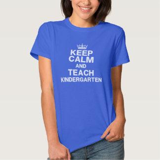Guarde la calma para enseñar a la camiseta de la