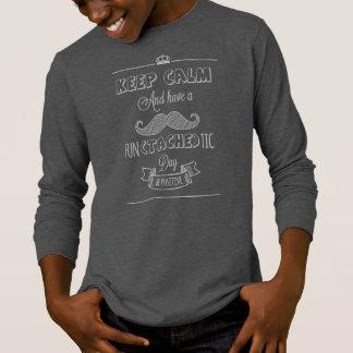 Guarde la calma para tener una camisa con mangas
