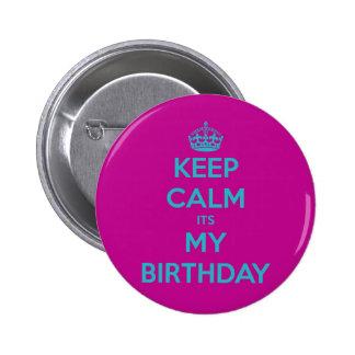 Guarde la calma que es mi cumpleaños chapa redonda de 5 cm