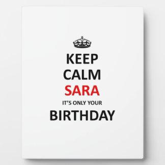 Guarde la calma que es solamente su cumpleaños placa expositora