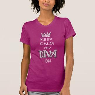 Guarde la calma y a la diva encendido camiseta