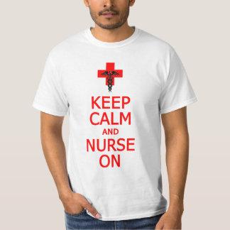 Guarde la calma y a la enfermera en la camisa -