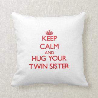Guarde la calma y ABRACE a su hermana gemela Cojín Decorativo