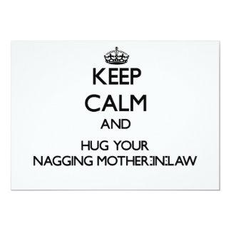 Guarde la calma y abrace a su suegra que regaña invitación 12,7 x 17,8 cm