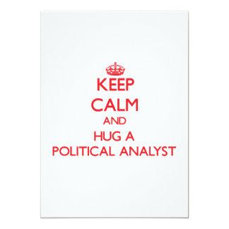 Guarde la calma y abrace a un analista político invitación 12,7 x 17,8 cm