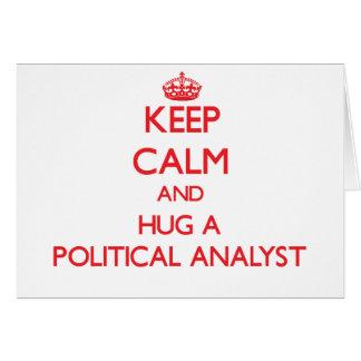 Guarde la calma y abrace a un analista político tarjeta de felicitación