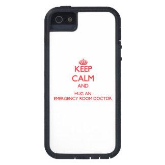 Guarde la calma y abrace a un doctor de la sala de iPhone 5 Case-Mate protector