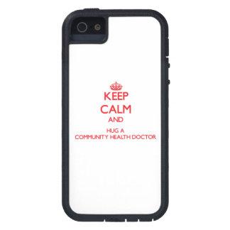 Guarde la calma y abrace a un doctor de la salud iPhone 5 Case-Mate carcasa
