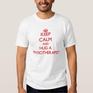 Guarde la calma y abrace a un fisioterapeuta camisetas
