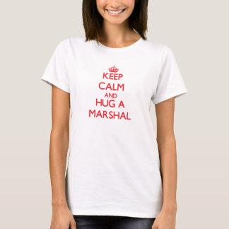 Guarde la calma y abrace a un mariscal camiseta