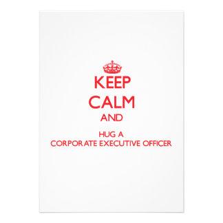 Guarde la calma y abrace a un oficial de ejecutivo invitaciones personalizada