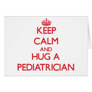 Guarde la calma y abrace a un pediatra tarjeta de felicitación