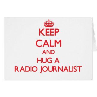Guarde la calma y abrace a un periodista de radio felicitaciones