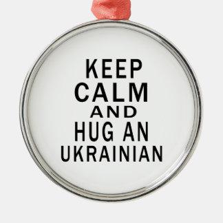 Guarde la calma y abrace a un ucraniano adorno redondo plateado