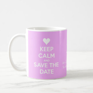 Guarde la calma y ahorre el rosa de la fecha taza básica blanca