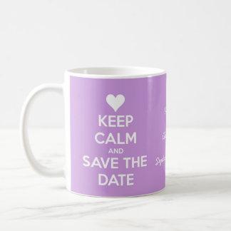 Guarde la calma y ahorre la lavanda de la fecha taza básica blanca
