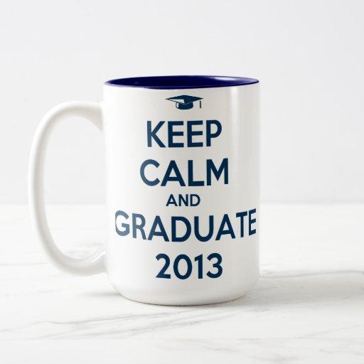 Guarde la calma y al graduado 2013 tazas