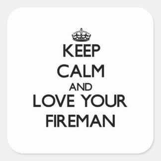 Guarde la calma y ame a su bombero calcomanía cuadradas personalizadas