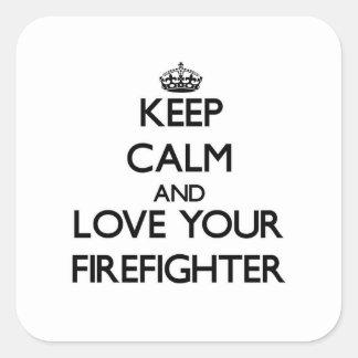 Guarde la calma y ame a su bombero pegatina cuadrada