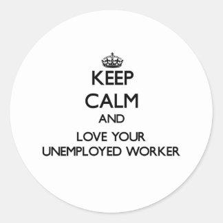 Guarde la calma y ame a su trabajador parado etiquetas redondas