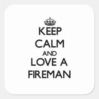 Guarde la calma y ame a un bombero pegatinas cuadradas