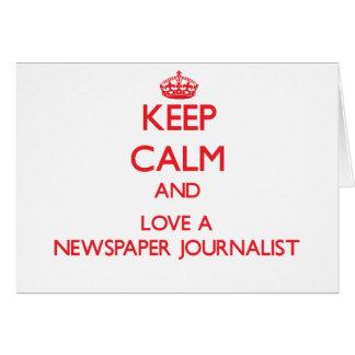 Guarde la calma y ame a un periodista del periódic tarjeta