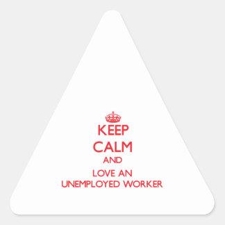Guarde la calma y ame a un trabajador parado calcomanía triangulo