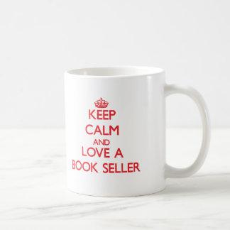 Guarde la calma y ame a un vendedor de libro taza de café