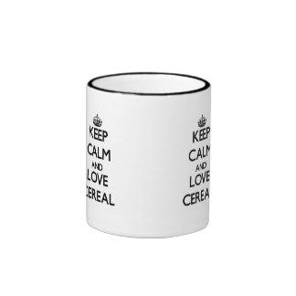 Guarde la calma y ame el cereal taza de café