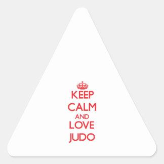 Guarde la calma y ame el judo calcomanías trianguladas