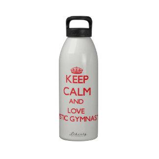 Guarde la calma y ame la gimnasia artística botella de beber